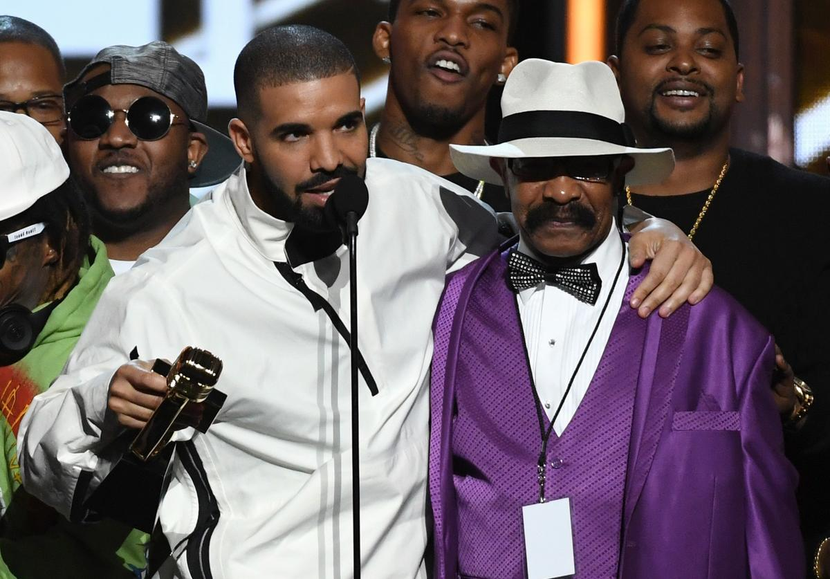 Recording artist Drake (L) accepts the Top Artist award with his father Dennis Graham during the 2017 Billboard Music Awards at T-Mobile Arena on May 21, 2017 in Las Vegas, Nevada.
