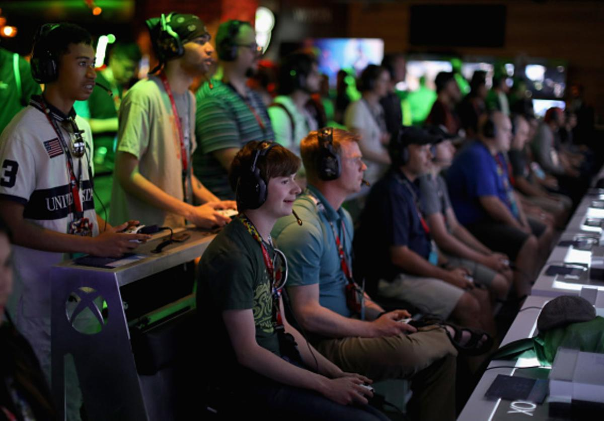 Game enthusiasts and industry personnel play 'Battlefield 5' during the Electronic Entertainment Expo E3 at the Microsoft Theater on June 12, 2018 in Los Angeles, California.