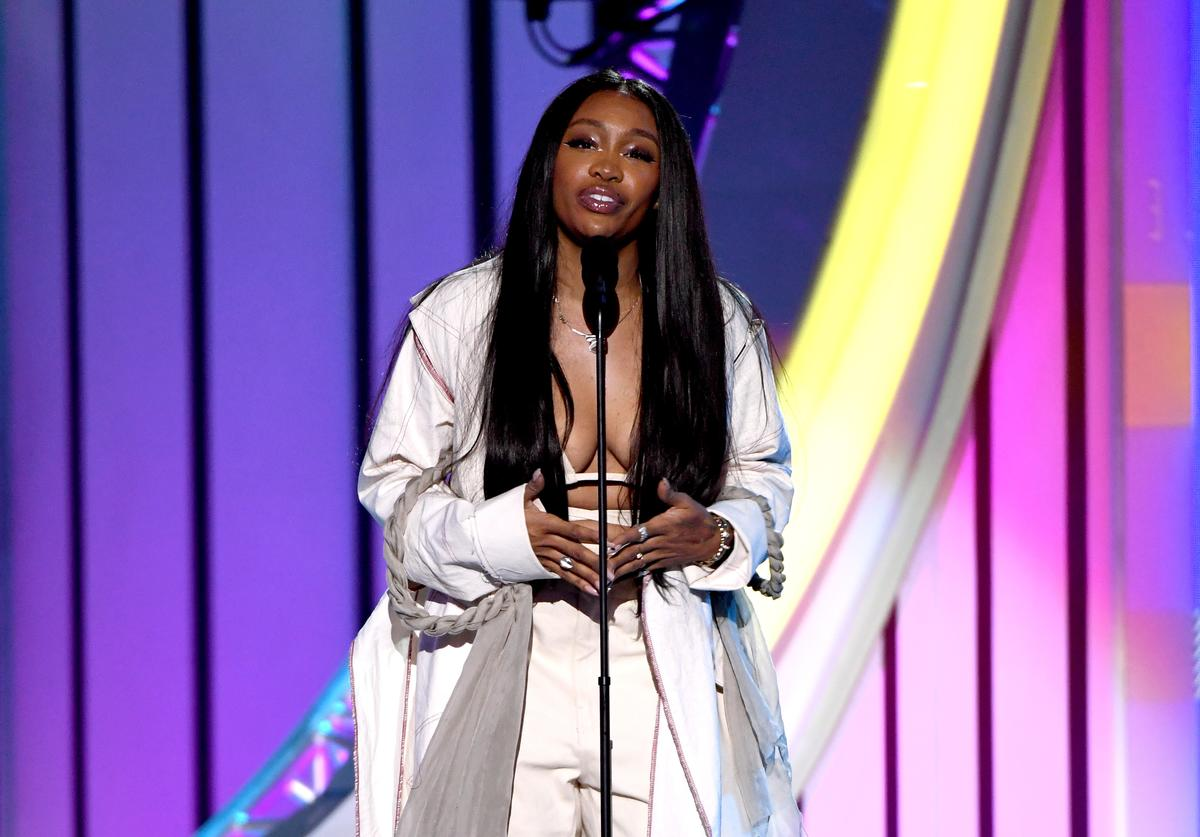 SZA presents the Legend Award onstage during the 2018 Soul Train Awards, presented by BET, at the Orleans Arena on November 17, 2018 in Las Vegas, Nevada