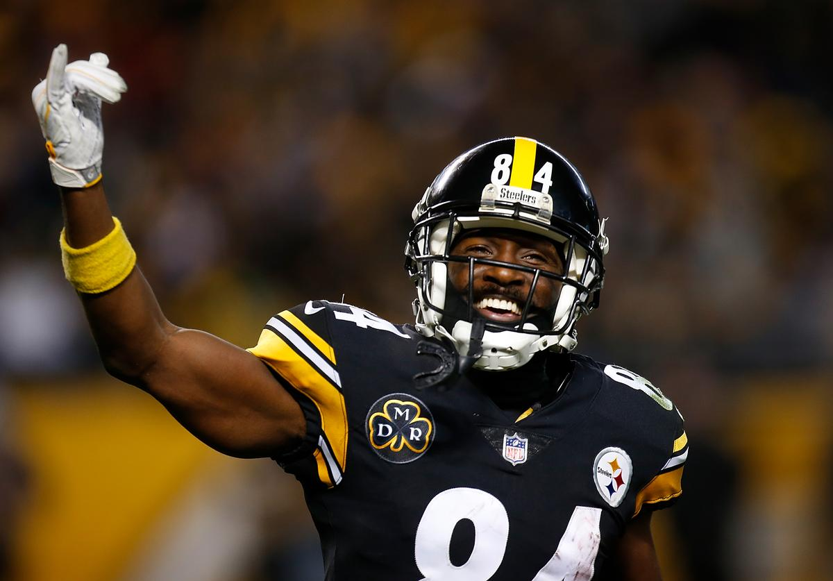 Antonio Brown #84 of the Pittsburgh Steelers reacts after a 33 yard touchdown reception in the fourth quarter during the game against the Green Bay Packers at Heinz Field on November 26, 2017 in Pittsburgh, Pennsylvania.