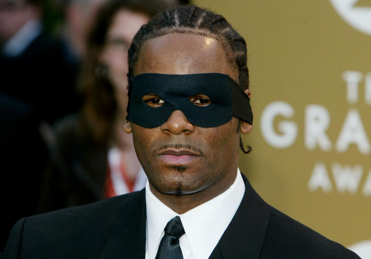 Singer R. Kelly arrives at the 46th Annual Grammy Awards held at the Staples Center on February 8, 2004 in Los Angeles, California.