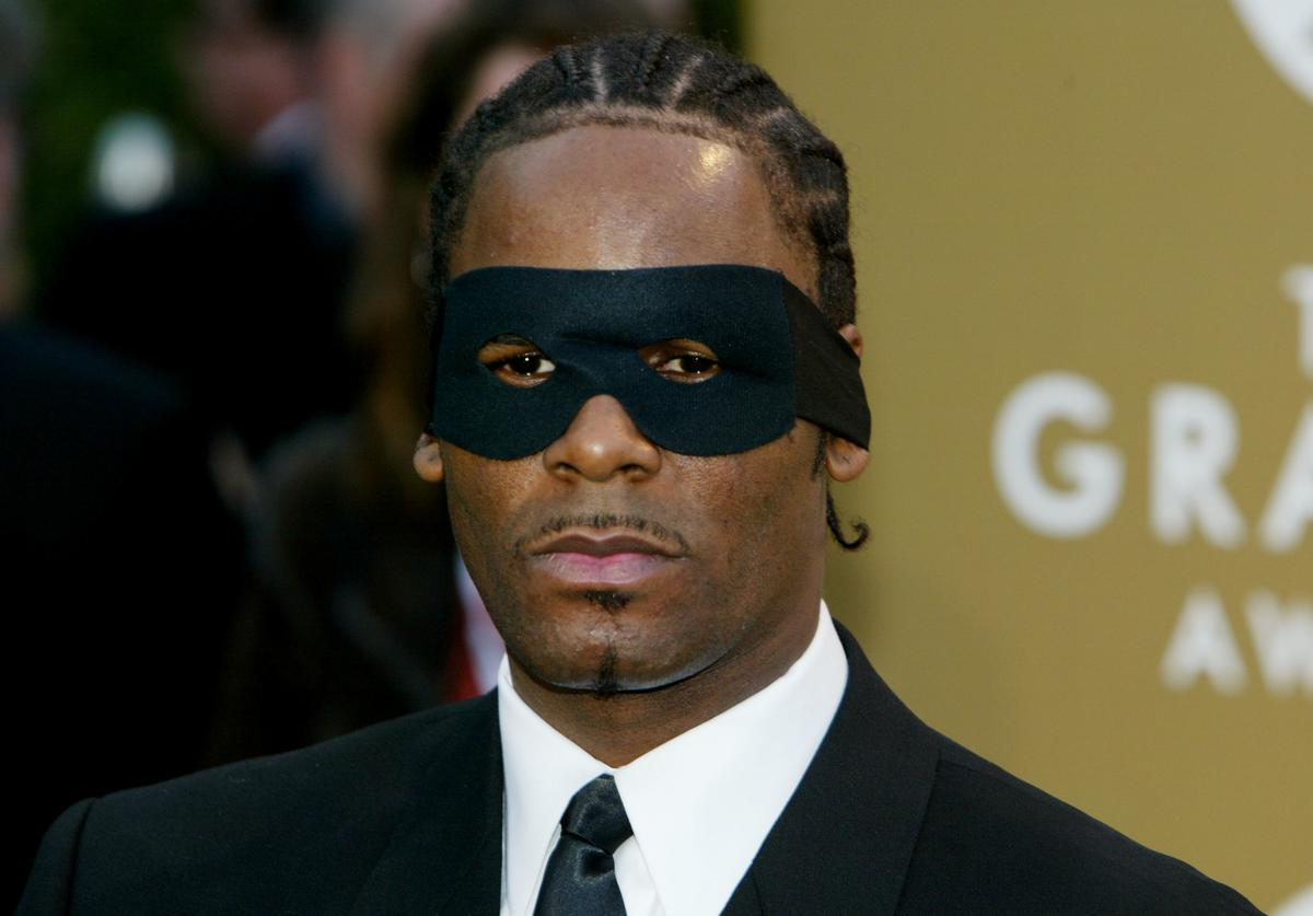 R. Kelly arrives at the 46th Annual Grammy Awards held at the Staples Center on February 8, 2004 in Los Angeles, California
