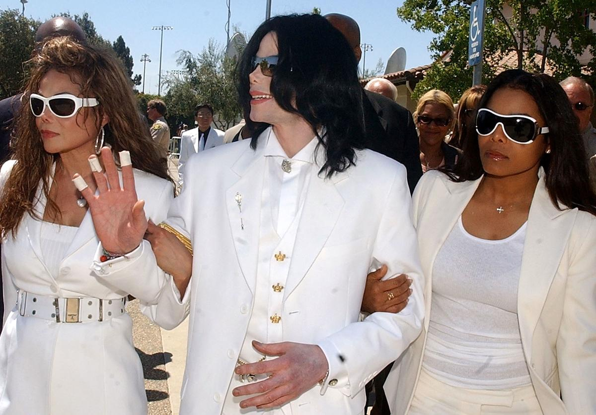 Michael Jackson with sisters LaToya Jackson (L) and Janet Jackson exit the Santa Maria courthouse for break during the evidentiary hearing in the Michael Jackson child molestation case August 16, 2004 in Santa Maria, California