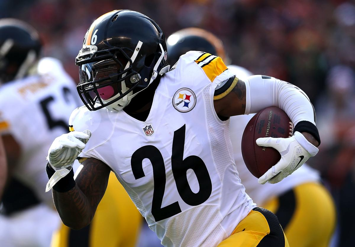 : Le'Veon Bell #26 of the Pittsburgh Steelers carries the ball during the first quarter of the game against the Cincinnati Bengals at Paul Brown Stadium on December 7, 2014 in Cincinnati, Ohio.