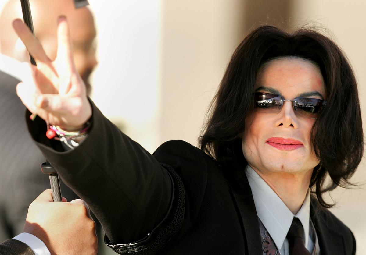 Michael Jackson walks into the Santa Maria Superior Court on the fifth day of his child molestation trial March 7, 2005 in Santa Maria, California