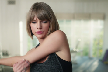 """Taylor Swift Raps Along To """"Jumpman"""" In New Apple Commercial"""